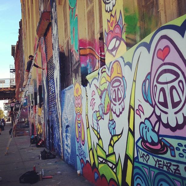 hungrycarly: It's a beautiful day for a little #streetart #5pointz #LIC #hoodlove #graffiti (at 5 Pointz)