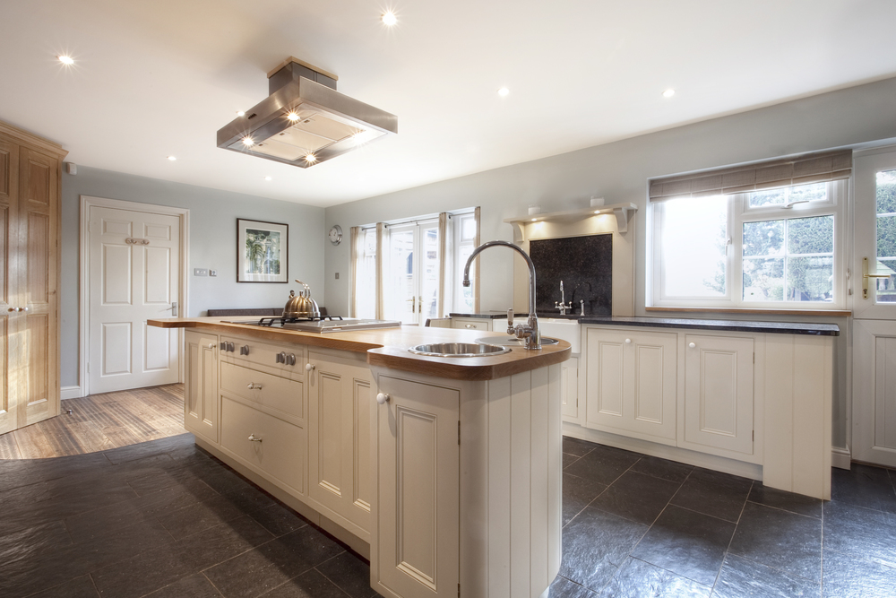 Traditional Family Bespoke Kitchen. Solid Oak Wood Furniture. Hand-painted. Breakfast Bar. Cooking Island. Country Side/Rustic Style.