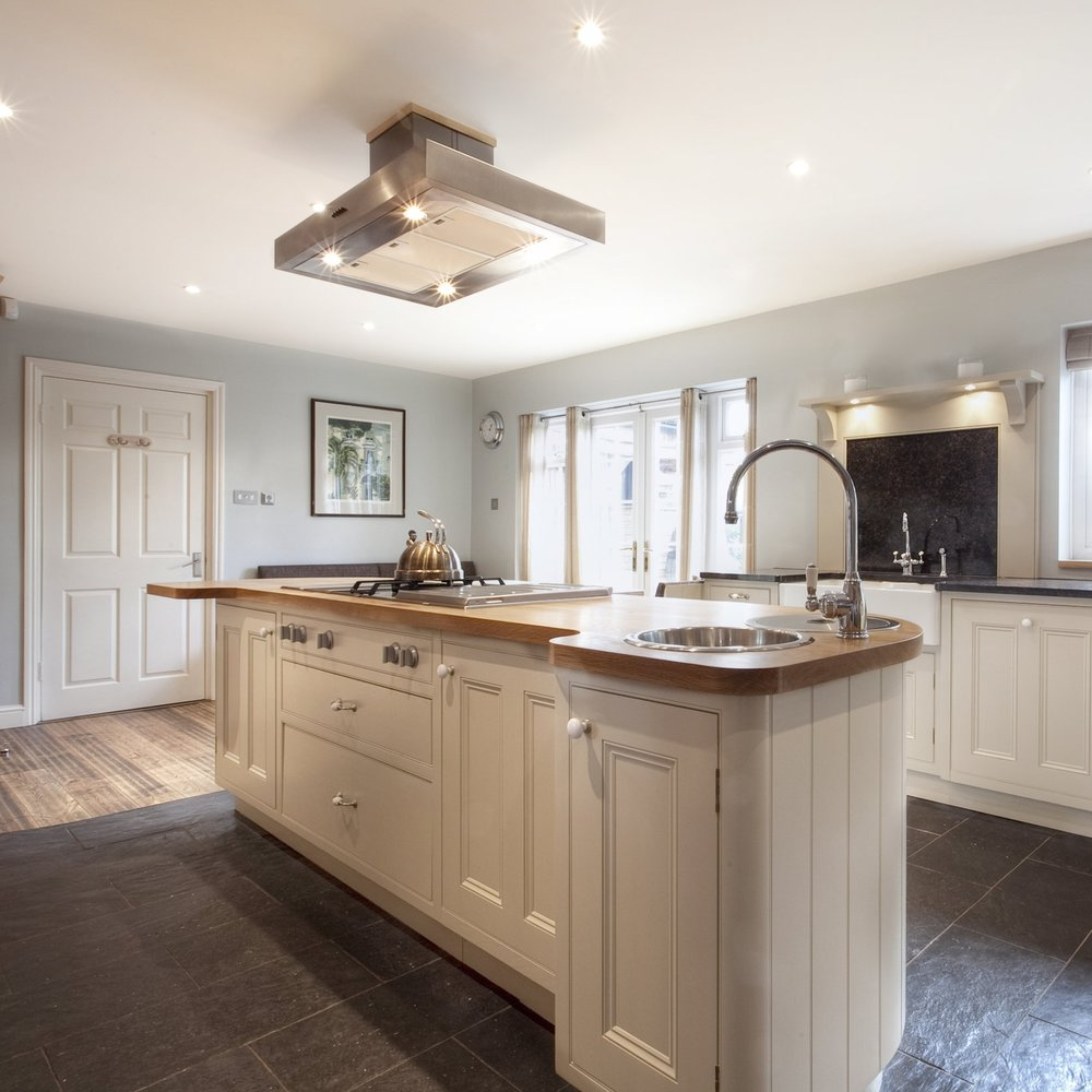 Interior Design Kitchen. Traditional Family Bespoke Cupboards. Solid Oak Wood Furniture. Hand-painted. Breakfast Bar. Cooking Island. Rustic Kitchen. Country Side/Rustic Style. Stale Floor. Stainless Steel Gas Hob.