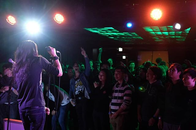 Loving the #hongkong crowd! . Photo by @jyjaedyn (Leave her a follow!) . #bamboostar #bamboostarhk #itsjustbusiness #jooksing #rock #musician #hkmusic #hongkongband #hongkonger #hardrock #竹星 #香港音樂 #香港樂壇 #搖滾 #搖滾樂隊 @theweekhk @1563attheeast