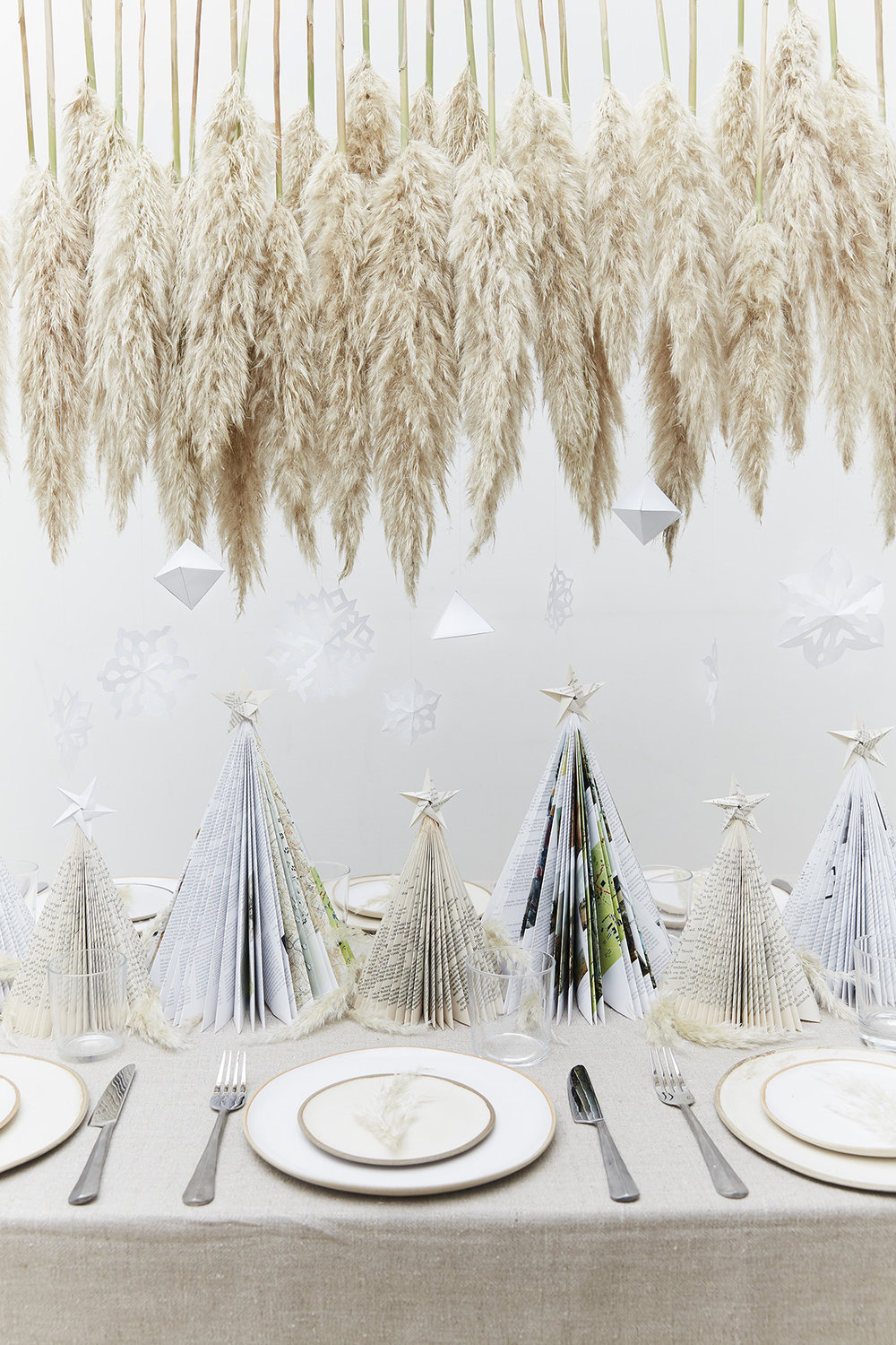 Neutral Christmas table decor