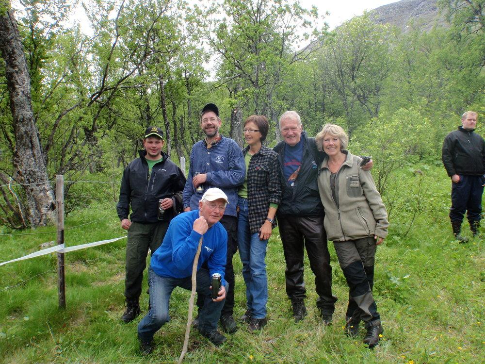 """Hestegjeteren i Sikkilsdalen, Jens Tangen, de stolte """"foreldre"""", oppdrettere Ove Blekastad og Bente Varpestuen og hestekaren Per Johan Vaterland."""
