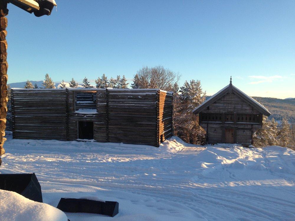 Tidlig 1800-talls tømmerlåve i 2 etasjer, hentet fra Silli gård i Kvikne settes opp på Lykkja 2016 / 2017.