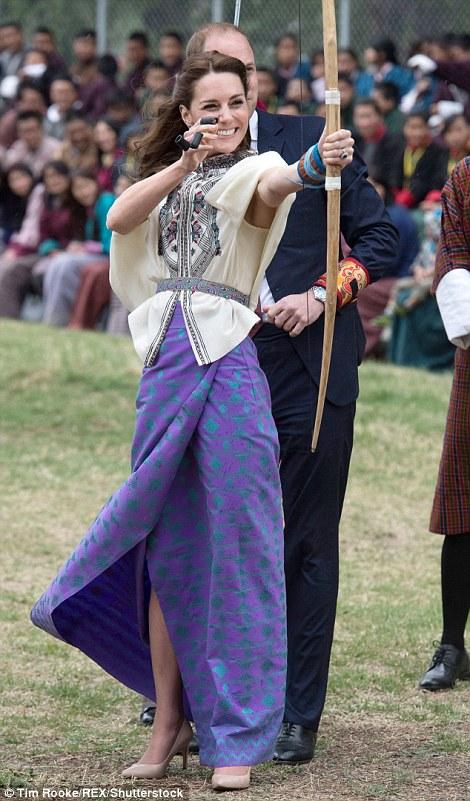 332C93DF00000578-3539164-Taking_aim_The_Duchess_of_Cambridge_tries_her_hand_at_archery_Bh-m-42_1460633933616.jpg