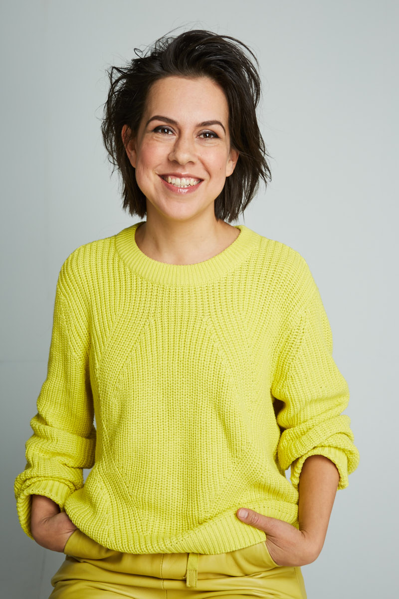 - BIO SASKIA EBELISaskia is een Nederlands-Mexicaanse schrijver en multi-media maker.In haar eigen werk onderzoekt ze de onderwerpen: zelfbeeld en identiteit. Zij gebruikt persoonlijke ervaringen om deze thema's te bekijken en te ontrafelen. In haar ogen geeft juist dat wat niet gezien wil worden de meest interessante inzichten en mogelijkheden tot groei.Naast haar eigen projecten schrijft ze in opdracht artikelen, film- en theater- en songteksten en geeft ze lezingen over haar werk.Saskia (1980) studeerde Media en Cultuur aan de UvA. Ze woonde achtereenvolgens in Rotterdam, Mexico, Amsterdam, Madrid en Utrecht, waar zij nu woont met haar man en zoontje.Foto: Rachel Schraven 2016