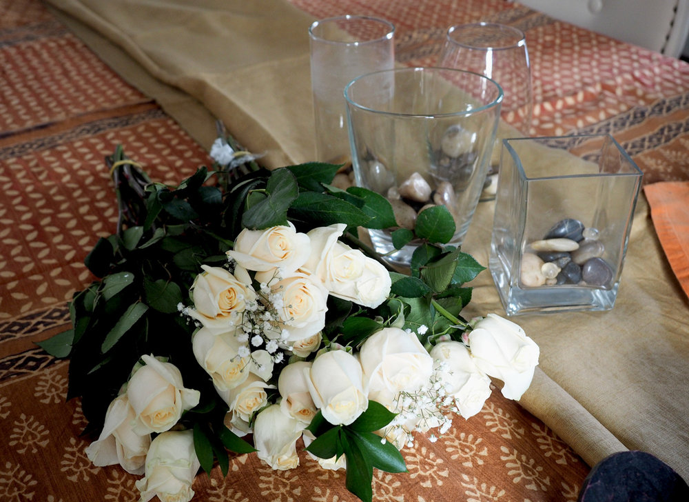The purity of white roses is undeniable. Their elegance imparts immediate sophistication.
