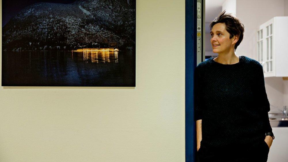 """Foto fra åpningen av utstillingen """"Fjorden i bilder"""" i november 2017 i samarbeid med fotograf Marita Aarekol. Bildet som henge rpå veggen er tatt av Marita. FOTO: Tor Høvik/Bergens Tidende"""