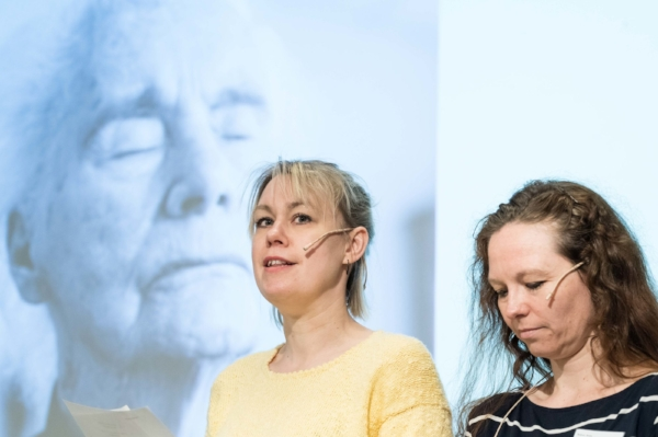 "Skuespillerne K ristine Nordby Simonsen og Beate Bednar (t.h.) leser historien  Pust (se over) for publikum under konferansen ""Kunst, mestring og omsorg på KODE, april 2018.FOTO:  Thor Brødreskift"