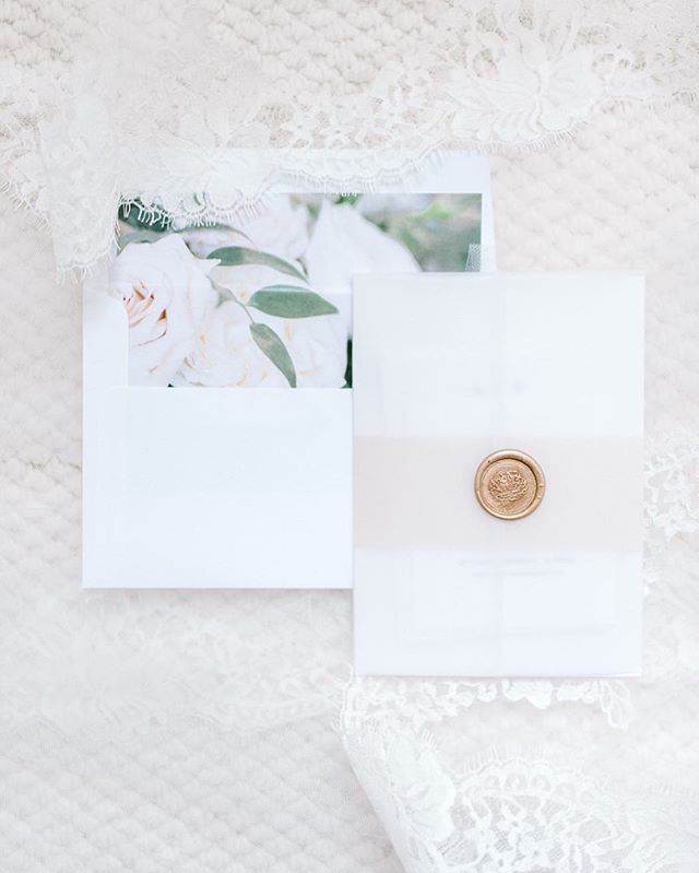 Hey brides ✨ making sure to carve out extra time to get those extra special details photographed is so important. I love when my brides value the small things in life as well as the large moments. You usually throw away the invitations you spent hours and hundreds of dollars on, lose the earrings, put your shoes away to never be opened again. This way, all of your beautiful small memories are photographed and captured forever for you to look back on. Plus, one of my favorite things about details are how they just bring the whole day together perfectly in your custom album.