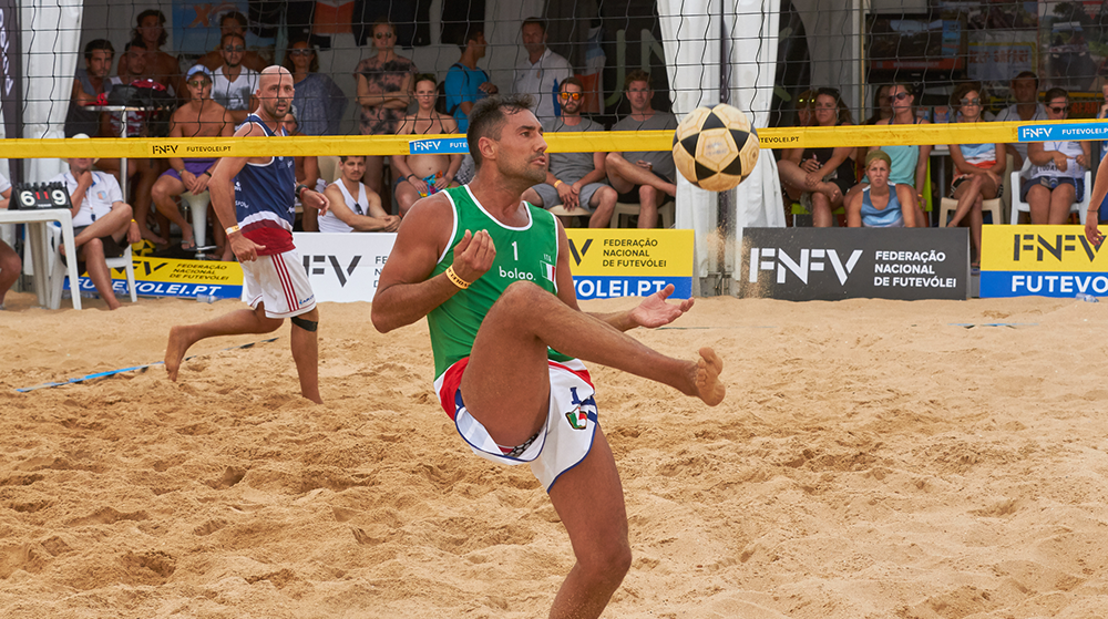 Good balance and flexibility is important to control the ball. Photo: Vitor Pina.