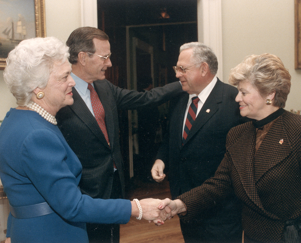 DAVE AND LORRAINE THOMAS WITH PRESIDENT AND MRS. BUSH