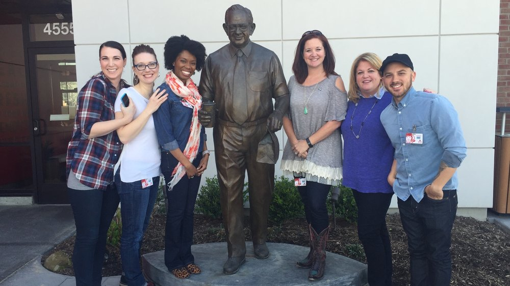BLOGGERS MEET WENDY THOMAS AND POSE WITH STATUE OF DAVE THOMAS AT WENDY'S FLAGSHIP RESTAURANT IN DUBLIN, OHIO