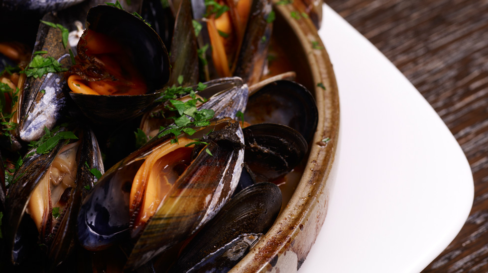 SMOKY STEAMED MUSSLES WITH TOMATO & WHITE WINE