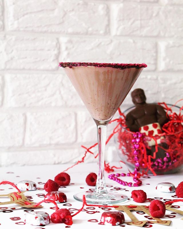 Calling all 🍫 lovers! Sipping on a chocolate martini can often be an overwhelmingly rich experience. But if you use coconut milk in lieu of regular milk you'll get a lighter flavor 🍸 full recipe for the chocolate raspberry martini is in the blog archives
