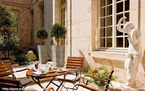 Terrace Paris café Laurent