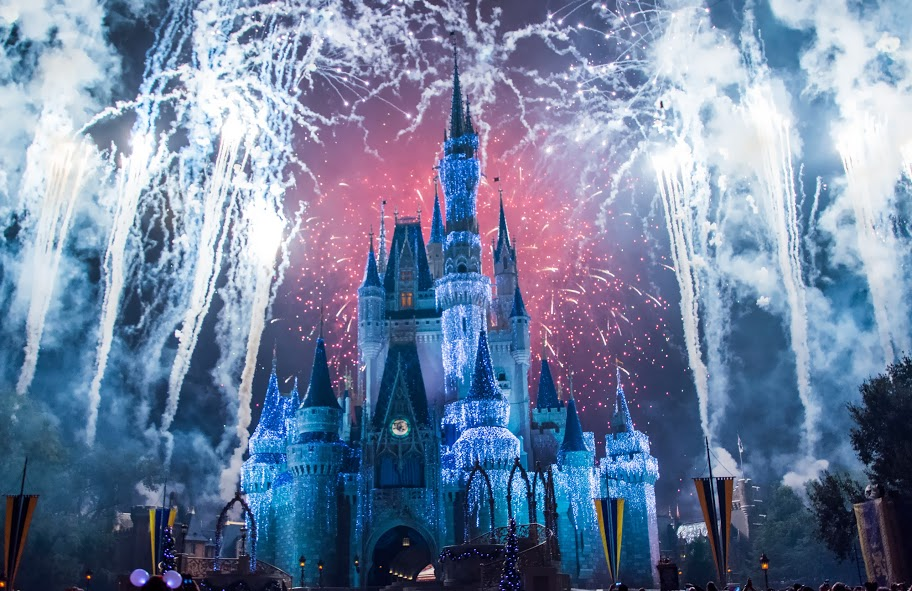 Firecrackers_go_up_in_the_sky_before_Cinderella_Castle,_Magic_Kingdom.jpg