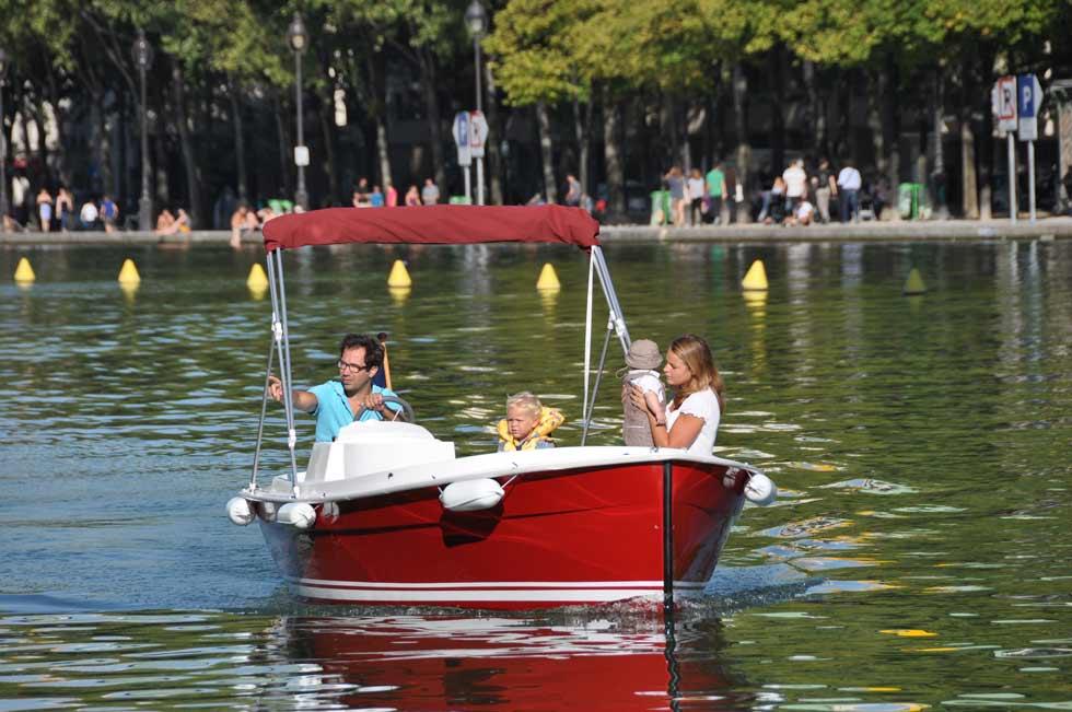en-bateau-en-famille-sur-le-bassin-de-la-villette_GM.jpg