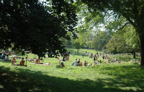 Parc-Monceau-Repos-sur-l'herbe---630x405---©-Fiona-Stewart.jpg