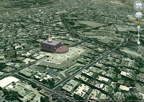 Bird's-eye view showing Abu Darweesh Mosque, the public plaza to its south, and the   surrounding neighborhood.   صورة ساتلايت ثلاثية الأبعاد مأخوذة من موقع غوغل لمسجد أبو درويش تبين الساحة العامة المحاذية للمسجد والمنطقة المحيطة به