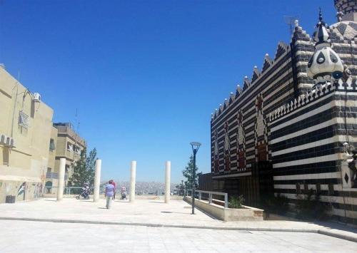 View showing part of Abu Darweesh Mosque and the panoramic lookout to its left.   لقطة جزئية لمسجد أبو درويش تظهر فيها المساحة المطلة على مدينة عمّان على يسار المسجد