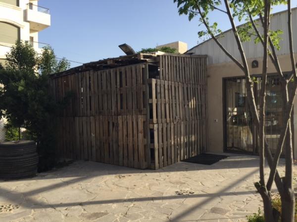View of a storage area in the garden built by Nour al-Barakah organization using recycled wooden pallets   لقطة لمخزن قامت جمعية نور البركة ببنائه باستخدام طبليات معاد تدويرها
