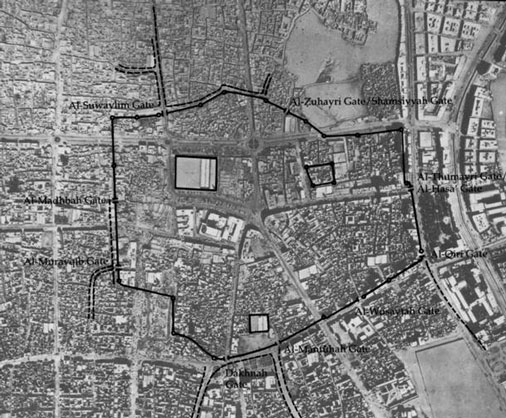 Figure 1: Top: an aerial view of the city of Riyadh in the early twentieth century; bottom: an overlay of the walls of Old Riyadh superimposed on a more recent aerial view of the city