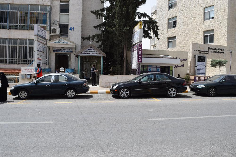 .سيارات متوقفة خارج حيز الخطوط التي تحدد مكان الوقوف