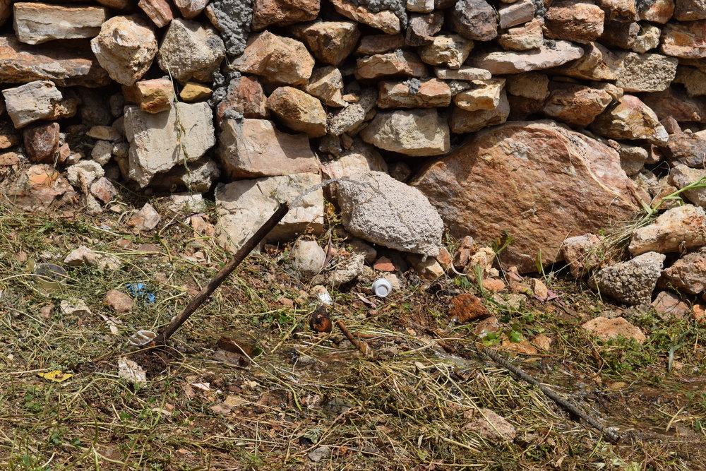 أنبوب مياه مكسور في حديقة عامة تطل على شارع الخالدي، وتصب المياه منه إلى الشارع.