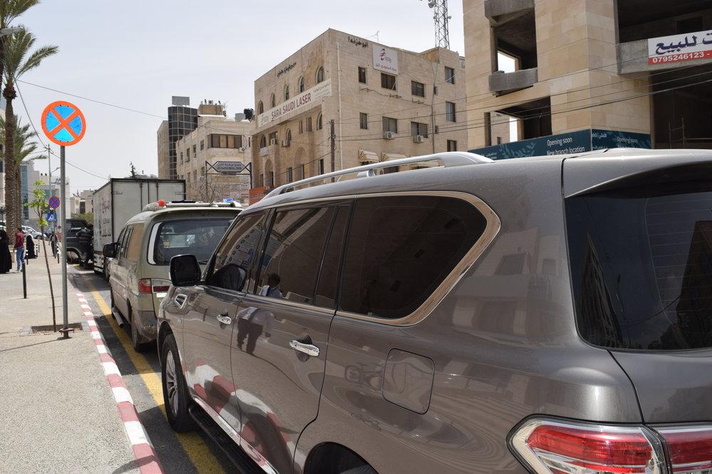 .سيارات متوقفة في أماكن يمنع الوقوف فيها