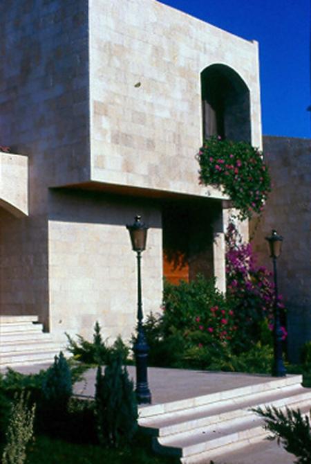 Exterior views of the building. .صور للبناء من الخارج
