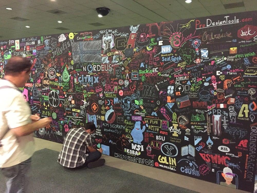 Tapahtumapaikka on täynnä taidetta ja designia. Yllä luova seinä, jonne jokainen tapahtumakävijä voi käydä jättämässä oman merkkinsä.