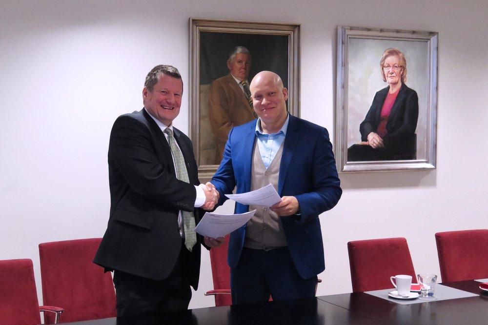 Haaga-Helian rehtori Teemu Kokko ja eCraftin toimitusjohtaja Ville Hemmilä partnerisopimuksen allekirjoitustilaisuudessa Haaga-Helian Pasilan kampuksella.