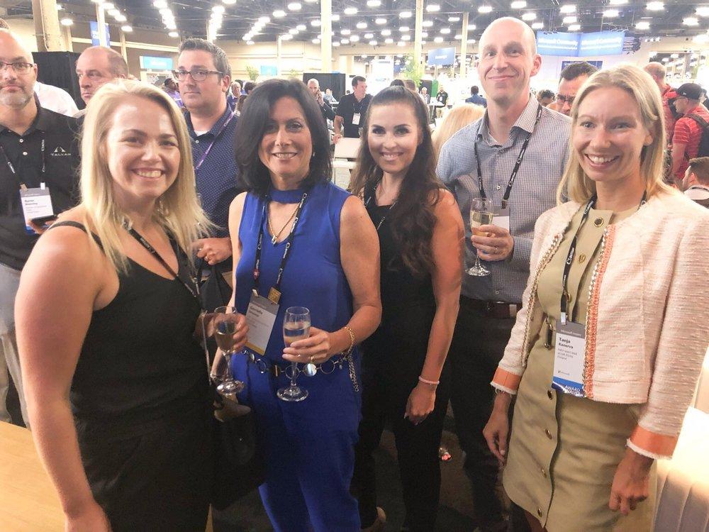 eCraftilaiset Sanni, Maria, Petri ja Tanja kilistelivät Gavriella Schusterin,Corporate Vice President,One Commercial Partner, Microsoft, kanssa eCraftin Partner of the Year -finalistipaikkaa.