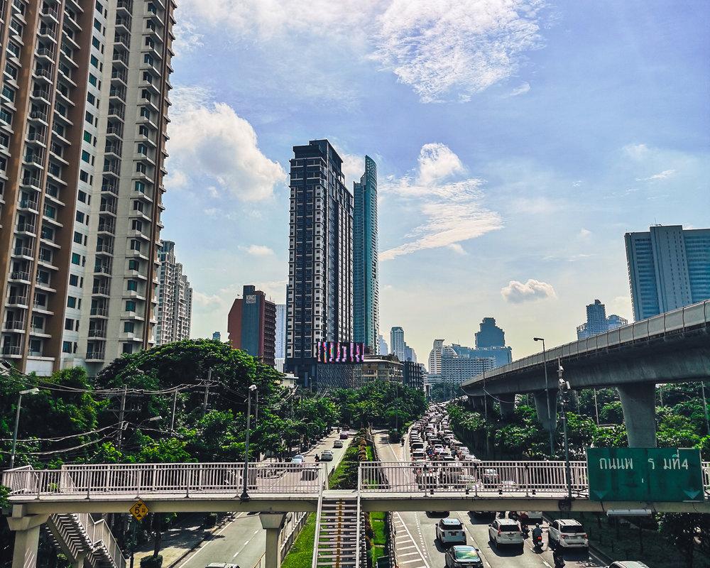 Bangkokissa nähtävää riittää aina uudenkarheista pilvenpiirtäjistä perinteisiin temppeleihin ja muuhun paikalliseen kulttuuriin