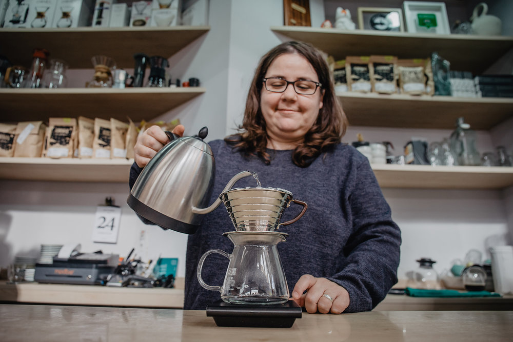 Martina is running  Retrogusto , a small take-away coffee place in the Mercado Central of Valencia. Despite the fact that it can get incredibly busy, she keeps pour-overs on the menu.  Recently, Retrogusto has introduced batch brew for customers who are on the run. Nevertheless, she prefers manual brews when time allows because it allows her to control every valuable of the brew.