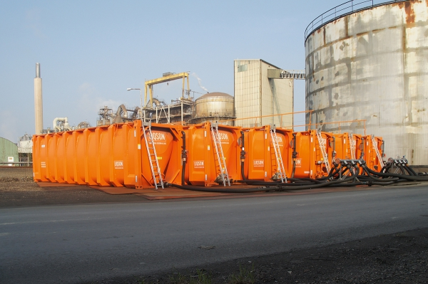 Zes tijdelijke huur tanks worden naast de vaste opslagtank geplaatst.