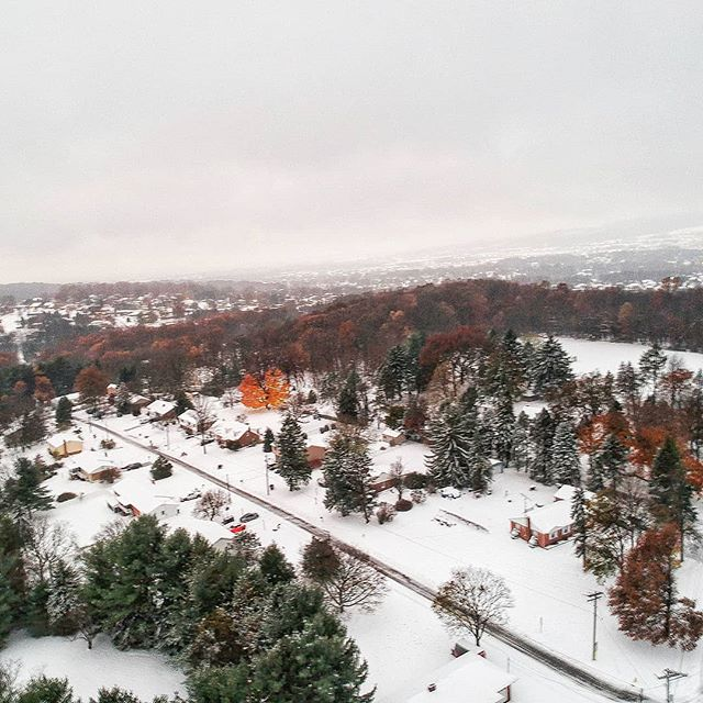 Autumn? . .  #autumn🍁 #pennsylvania #yorkpennsylvania #yorkpa #snow #fall #dayanjimenez #photooftheday #photographers #photographerslife #photographersofinstagram #dji