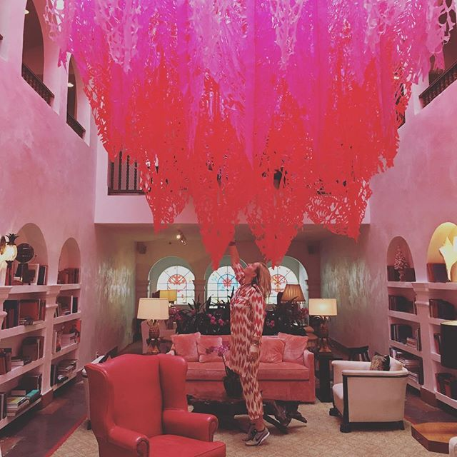 La vie en rose ! Try it ! ❤️ obsessed with this interior .#claridges#miami#artinspires#figuelove#paperart#pink#travelincolor