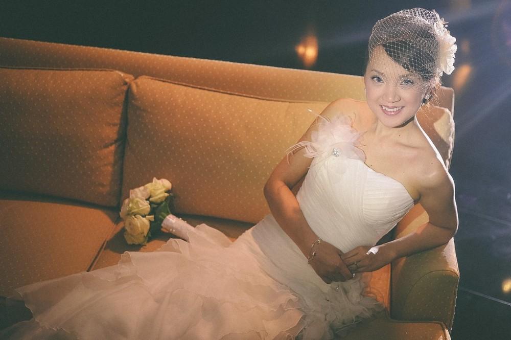 san   diego wedding photographer | bride in white dress and mesh veil posing on   sofa