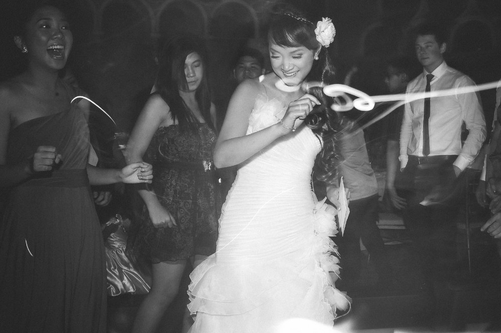 san   diego wedding photographer | monotone shot of bride in middle of dancing   crowd