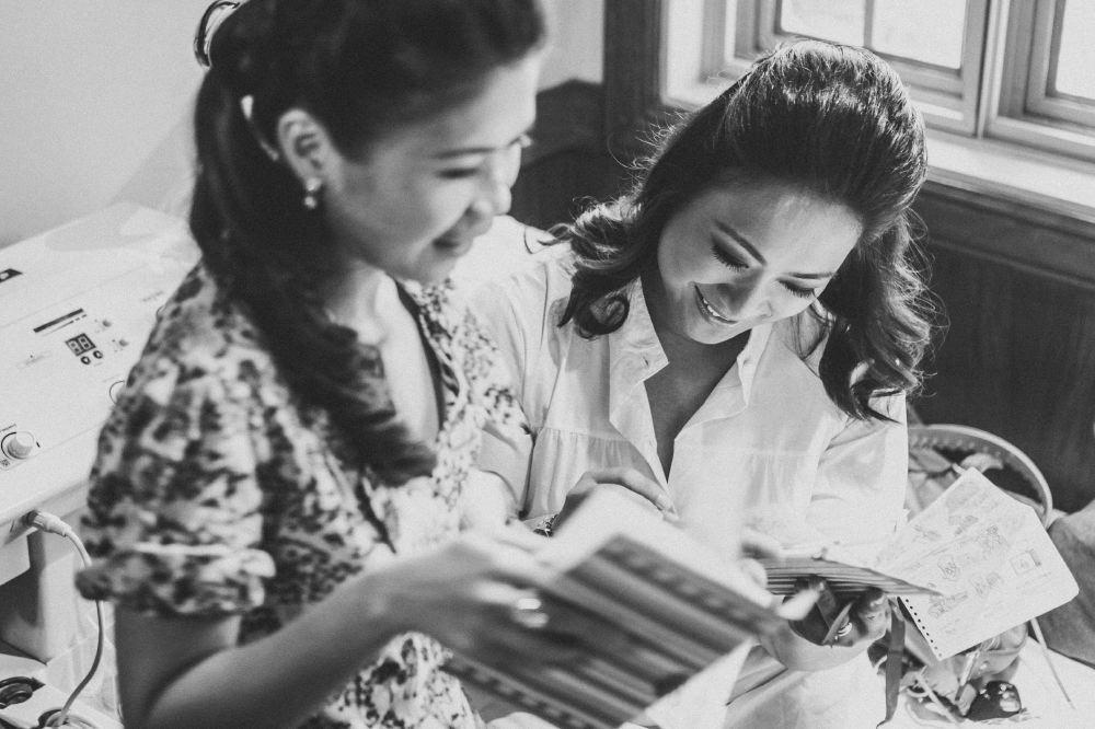 san   diego wedding photographer   monotone shot of women looking at notebooks