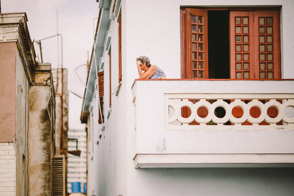 san diego wedding   photographer | old woman on balcony looking down on street
