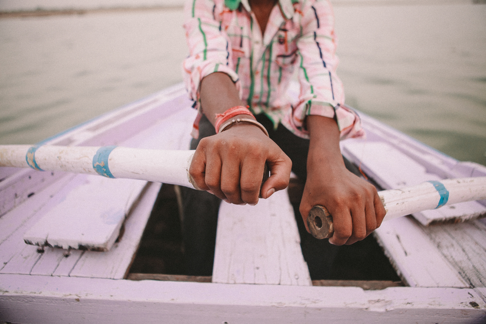 san diego wedding   photographer | closeup of child's hands rowing boat