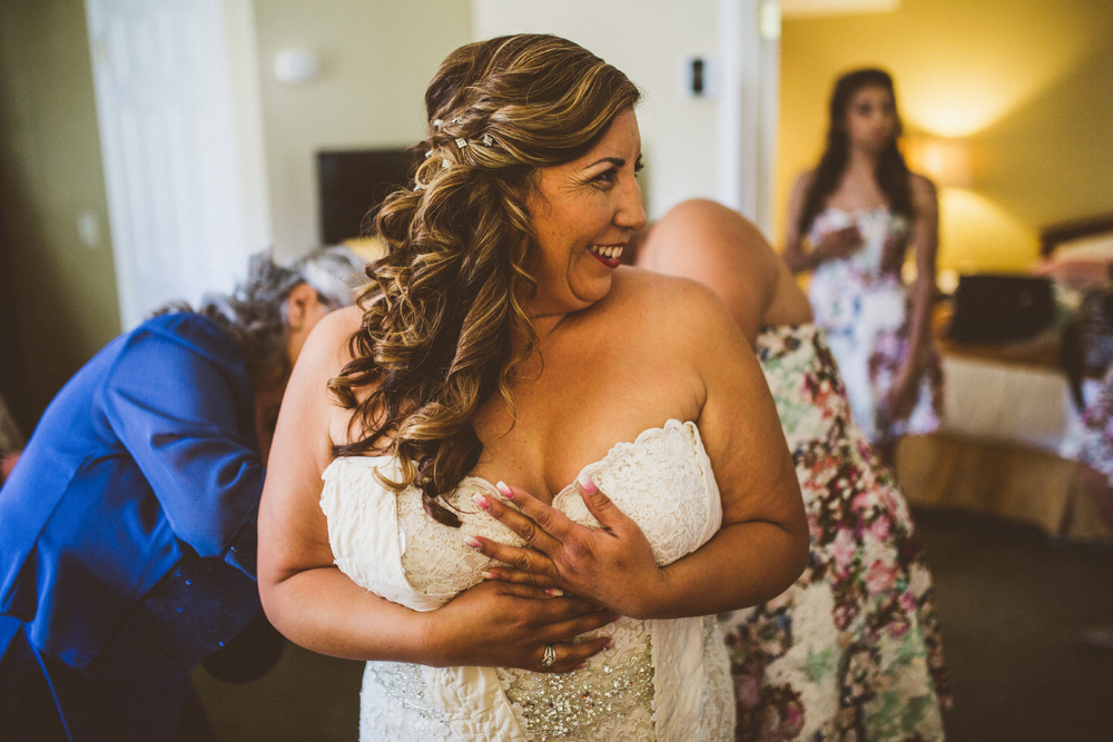 san diego wedding   photographer | women in blue and floral dress helping bride get dressed