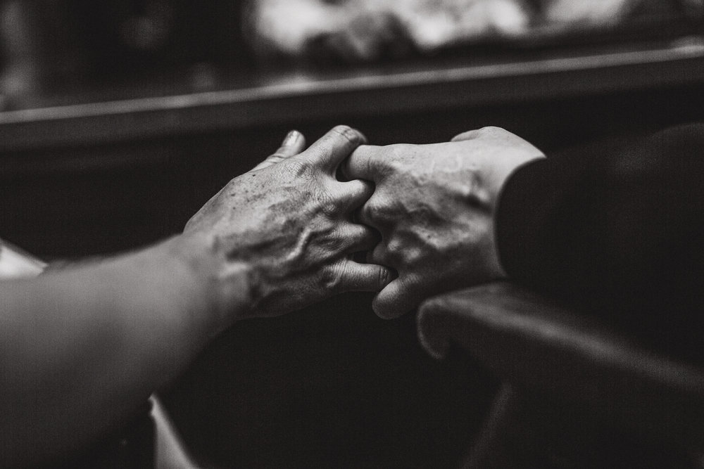 san diego wedding   photographer | monotone shot of fingers interlocked