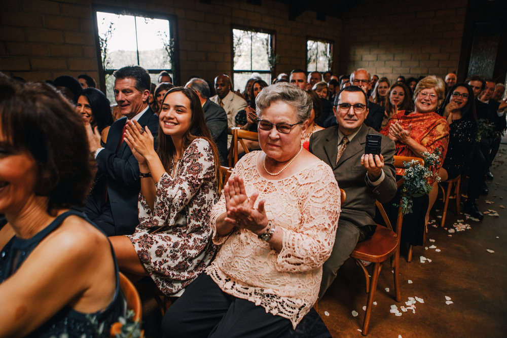 san diego wedding   photographer | crowd of the wedding applauding at the newly married couple