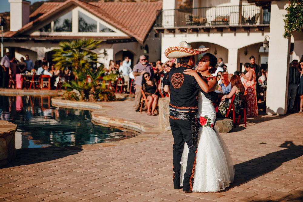 San Diego Wedding Photographer | wedding couple's first dance