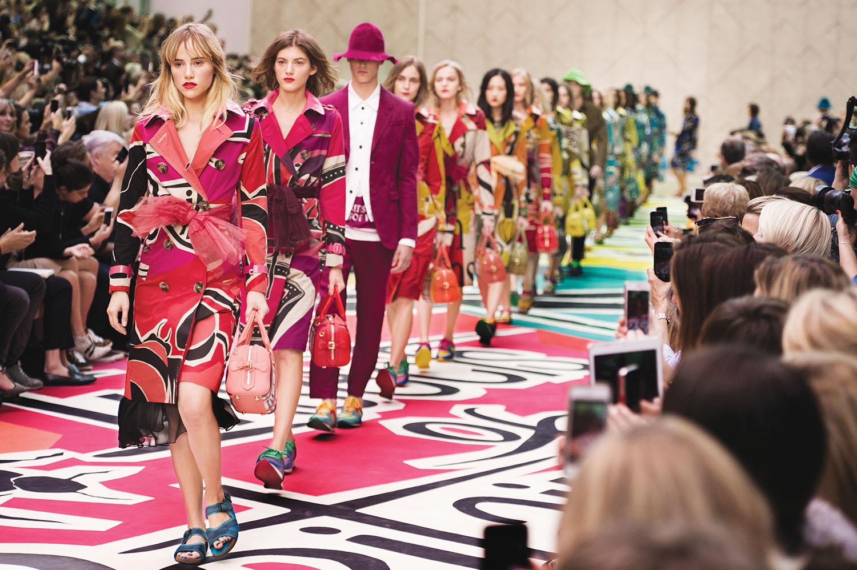 1b41928e0ece 50 shades of red - Burberry Prorsum Womenswear Spring Summer 2015 Show  Final 001.jpg