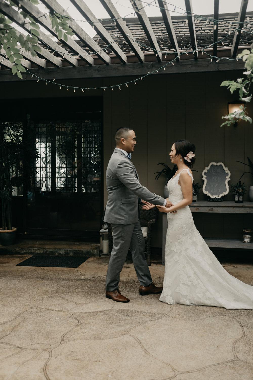 The first look-Hawaii estate wedding