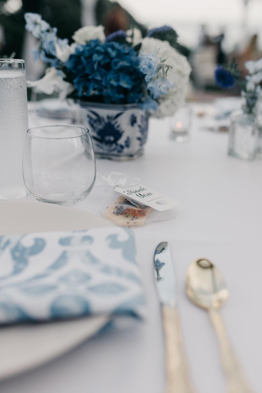 Gorgeous wedding table scape at Kualoa Ranch Paliku Gardens. Photography by Hawaii fine art wedding photographer Desiree Leilani
